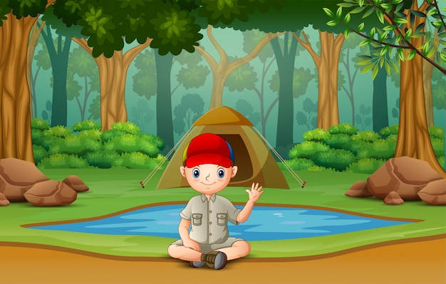 Ragazzo scout che si accampa nel bosco Vettore Premium