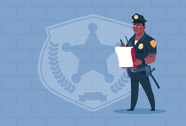 Rapporto di scrittura del poliziotto afroamericano che indossa la guardia di uniforme uniforme sopra il fondo del mattone Vettore Premium