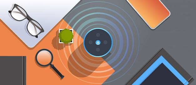 Relive smart speaker sul posto di lavoro desctop riconoscimento vocale attivato assistenti digitali automatizzato rapporto di comando concetto angolo di visione orizzontale piatta Vettore Premium
