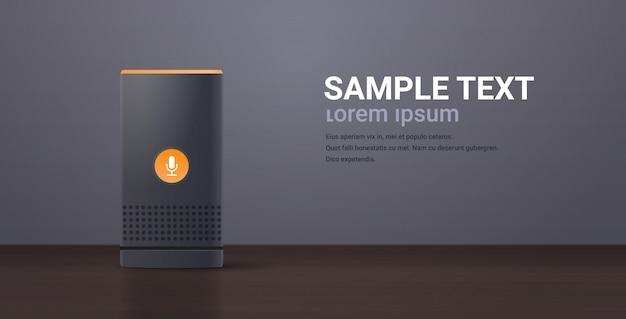 Relive smart speaker sul tavolo di legno riconoscimento vocale attivato assistenti digitali automatizzato rapporto di comando concetto orizzontale spazio piatto copia Vettore Premium