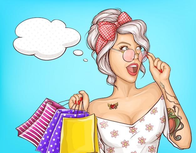 Ritratto della donna di modo con l'illustrazione dei sacchetti della spesa Vettore gratuito