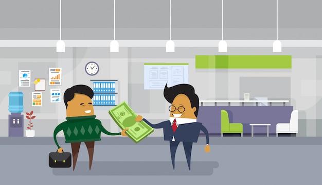 Salario di paga asiatico dell'uomo di affari all'operaio degli impiegati che dà i contanti dei soldi del dollaro Vettore Premium