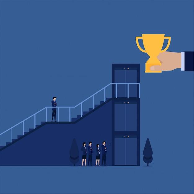 Scala di salita dell'uomo d'affari mentre altri aspettano sull'elevatore per ottenere il trofeo Vettore Premium