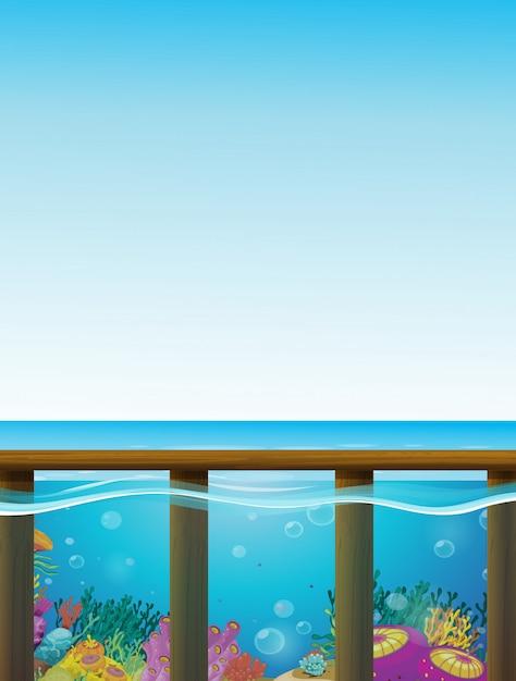 Scena con mare blu e sott'acqua Vettore gratuito