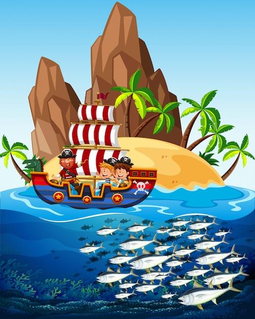 Scena con nave pirata e pesce in mare Vettore gratuito