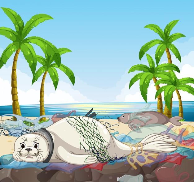 Scena con sigilli e sacchetti di plastica sulla spiaggia Vettore gratuito
