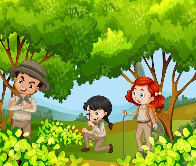 Scena con tre bambini nel parco Vettore gratuito