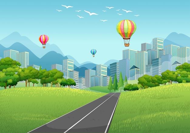 Scena della città con palloncini e edifici alti Vettore Premium