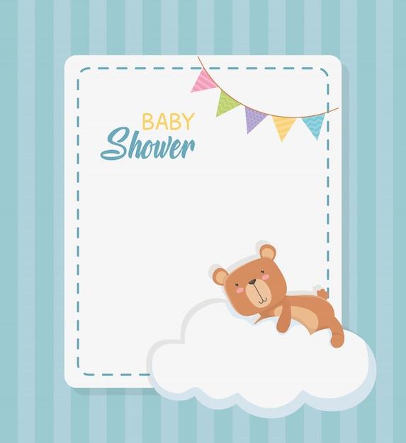 Scheda quadrata di bambino doccia con orsacchiotto in nuvola Vettore gratuito