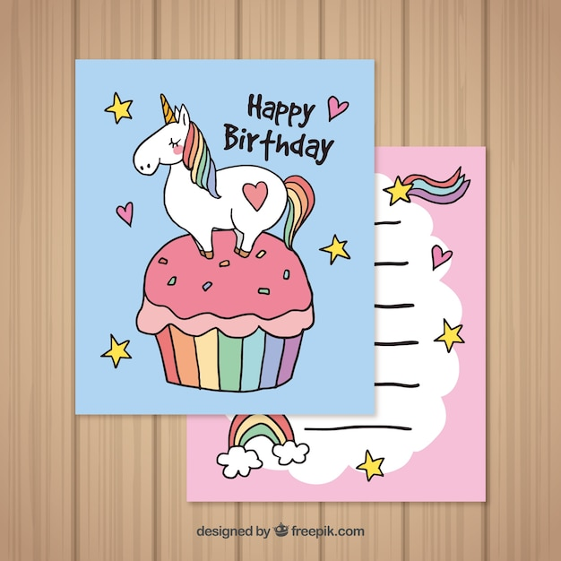 Schede di compleanno con unicorno e pastello disegnati a mano Vettore gratuito