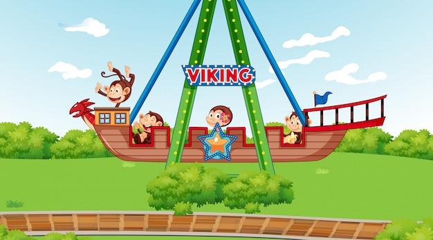 Scimmie felici che guidano sulla nave di vichingo nel parco Vettore gratuito