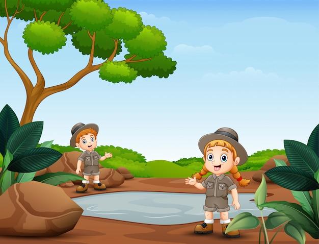 Scout ragazzo e ragazza nella natura Vettore Premium