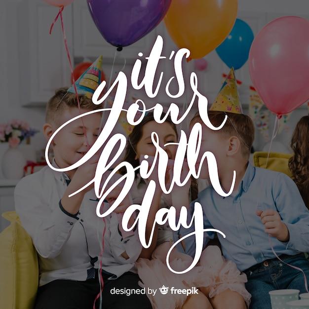 Scritte di buon compleanno con bambini Vettore gratuito