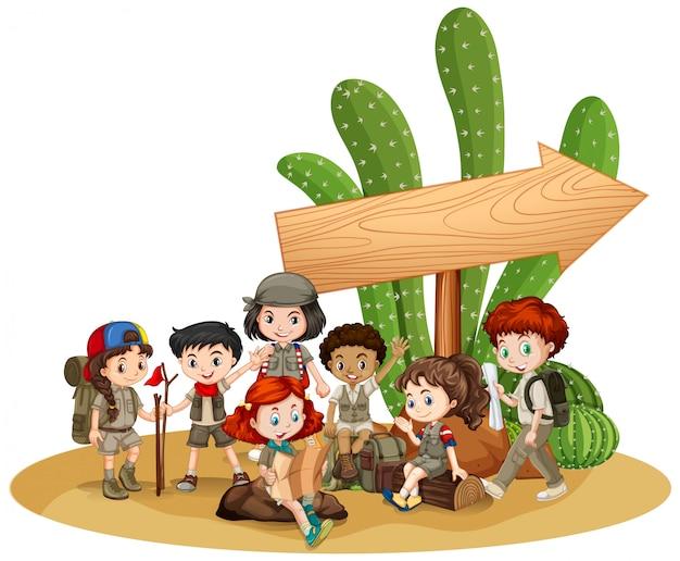 Segno in bianco con bambini e cactus Vettore Premium