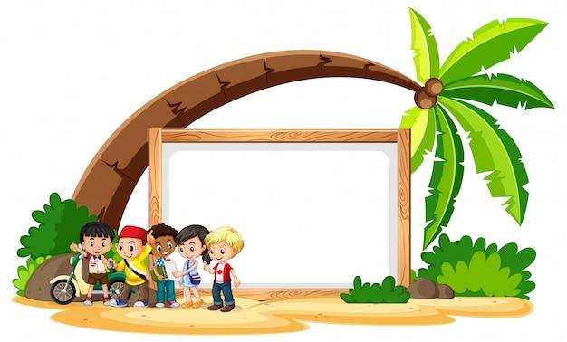 Segno in bianco con i bambini sulla spiaggia Vettore gratuito