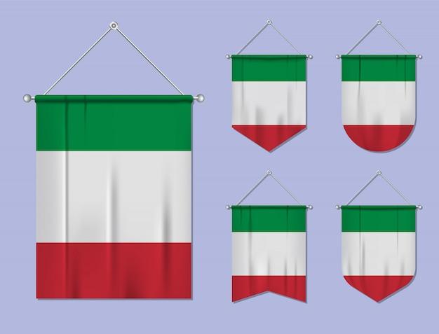 Set di appendere bandiere italia con trama tessile. forme di diversità del paese di bandiera nazionale. stendardo modello verticale Vettore Premium