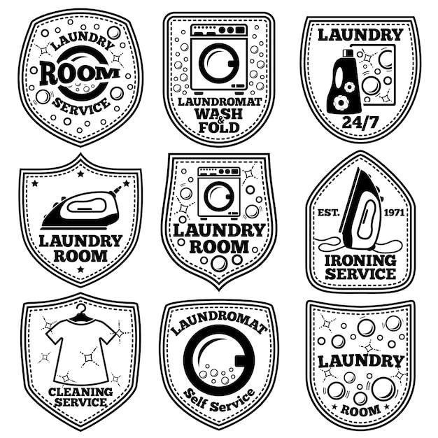 Set di etichette vettoriali lavanderia. con lavanderia a gettoni, ferro da stiro, vestiti, bolle, detersivo, ecc. Vettore Premium