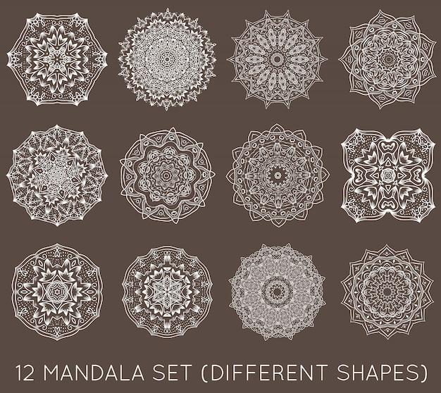 Set di etnico frattale mandala vector meditation tattoo assomiglia a fiocco di neve o maya aztec pattern o fiore troppo isolato su bianco Vettore Premium