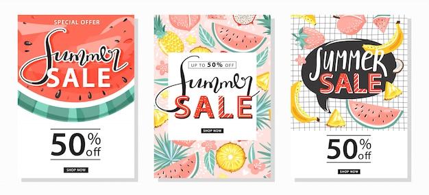 Set di modelli di banner di vendita estivi. lettering creativo e frutti tropicali per le vendite stagionali. illustrazione vettoriale per offerta di sconto. Vettore Premium