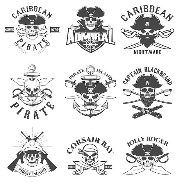 Set di pirati logo, etichette, emblemi ed elementi di design. corsari. baia pirata. Vettore Premium