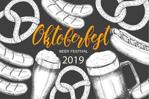 Sfondo di celebrazione dell'oktoberfest con birra disegnata a mano, pretzel, salsiccia e hot dog. Vettore Premium