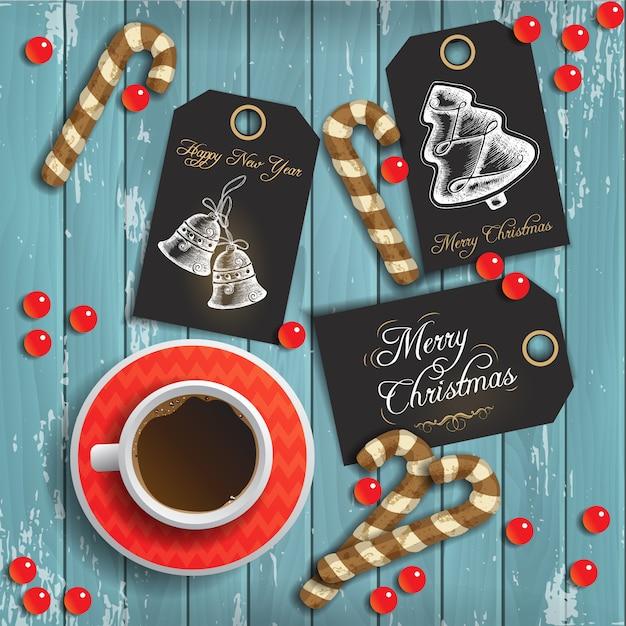 Sfondo di natale con una tazza di caffè e pan di zenzero festivo e tag di saluto su legno blu Vettore Premium
