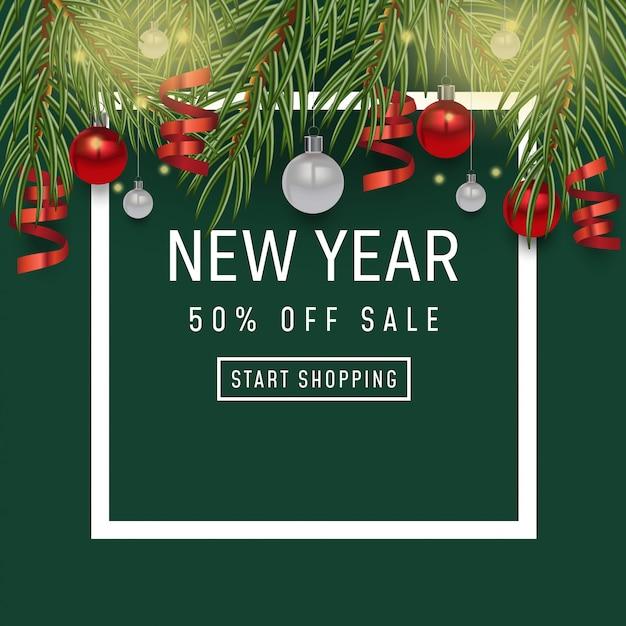 Sfondo vacanza felice anno nuovo. manifesto di vendita, design di natale con realistici oggetti festivi, rami di pino e abete rosso, pallina pallina Vettore Premium