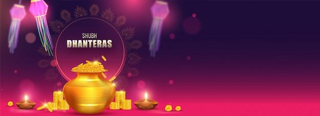 Shubh (happy) intestazione di dhanteras o banner design con illustrazione di pentola di monete d'oro, lampade a olio illuminate (diya) e lanterne di carta decorate sullo sfondo. Vettore Premium
