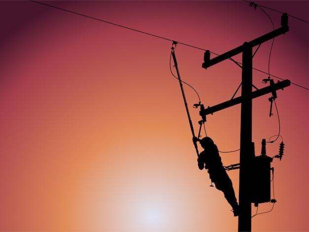 Silhouette di un guardalinee che chiude un trasformatore monofase su linee elettriche ad alta tensione sotto tensione. Vettore Premium