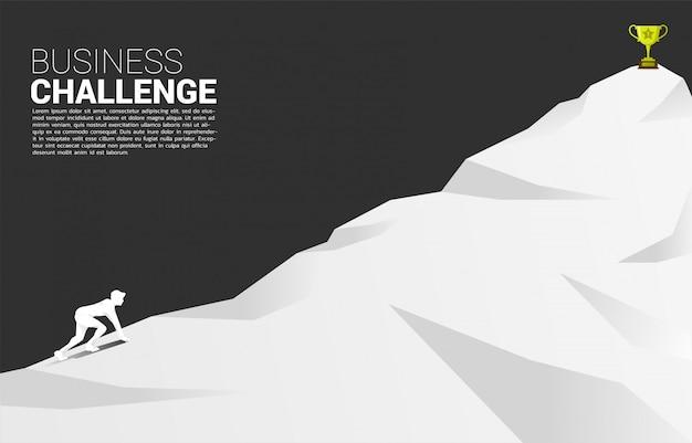 Siluetta dell'uomo d'affari pronta a correre al trofeo in cima alla montagna. Vettore Premium