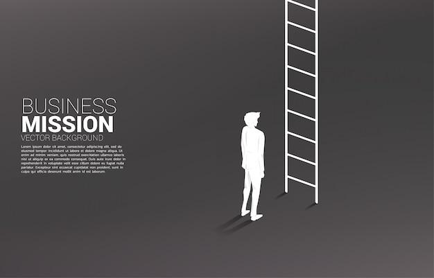 Siluetta dell'uomo d'affari pronta a salire con la scala. concetto di visione missione e obiettivo del business Vettore Premium