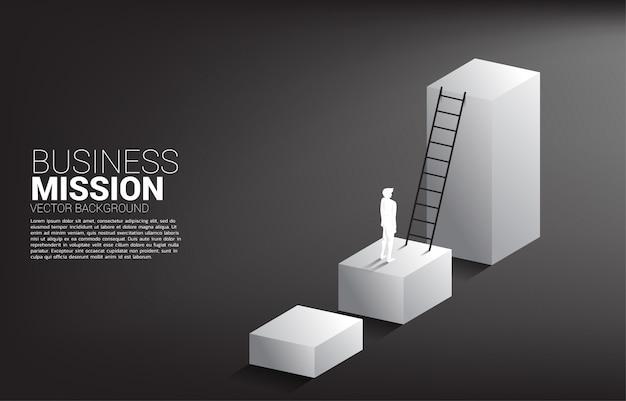 Siluetta dell'uomo d'affari pronta a salire sull'istogramma con la scala. concetto di visione missione e obiettivo del business Vettore Premium