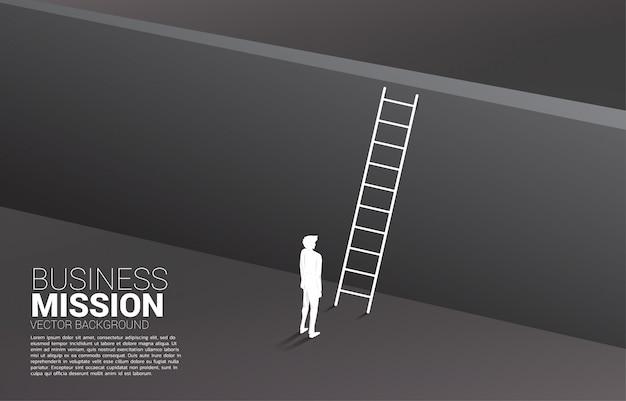 Siluetta dell'uomo d'affari pronta ad attraversare il muro con la scala. concetto di visione missione e obiettivo del business Vettore Premium