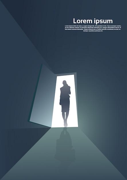 Siluetta della donna di affari che sta al concetto di opportunità dell'entrata della porta nuovo Vettore Premium