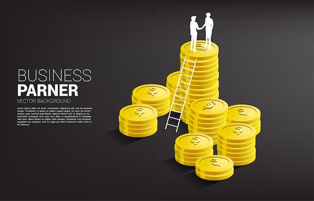 Siluetta della stretta di mano dell'uomo d'affari sopra la pila della moneta con la scala. concetto di partnership commerciale e cooperazione. Vettore Premium