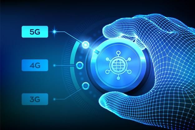 Sistemi wireless di rete 5g e internet delle cose. mano wireframe che gira il pulsante di selezione della rete mobile alla prossima generazione 5g. Vettore Premium