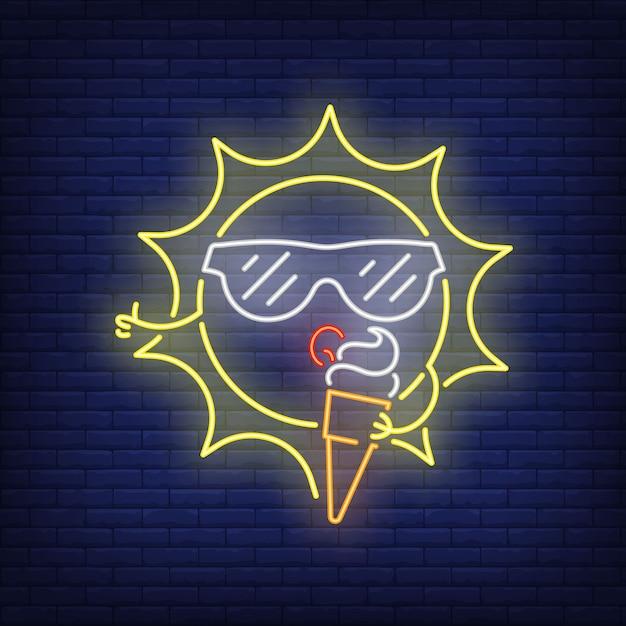 Sole del fumetto che mangia l'insegna al neon del gelato. simpatico personaggio che indossa in occhiali da sole sul muro di mattoni Vettore gratuito