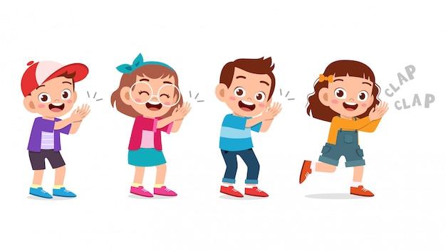 Sorriso felice di applauso della mano di applauso del bambino felice Vettore Premium