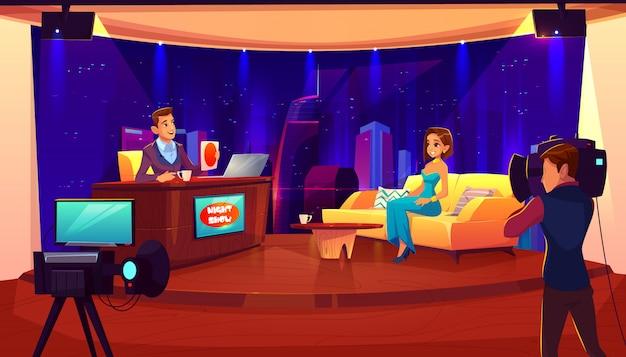 Spettacolo notturno televisivo con ospite. celebrità femminile che dà intervista a presentatore televisivo in studio di trasmissione Vettore gratuito