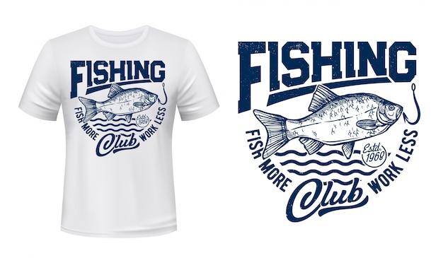 Stampa t-shirt pesce crucian, mazza da pesca e onde del mare, grunge blu. icona di carpa del fiume crucian sul gancio, segno del club sportivo di pescatore, pesca di grossi pesci per la stampa della maglietta Vettore Premium