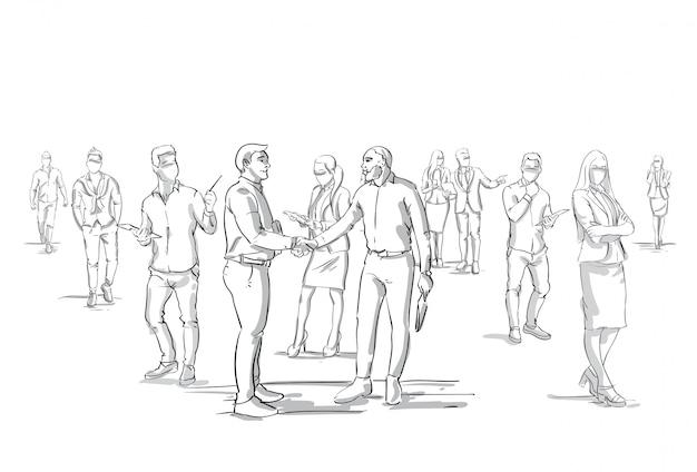 Stretta di mano di due uomini d'affari silhouette over businesspeople gruppo folla uomini d'affari capo agitando le mani Vettore Premium