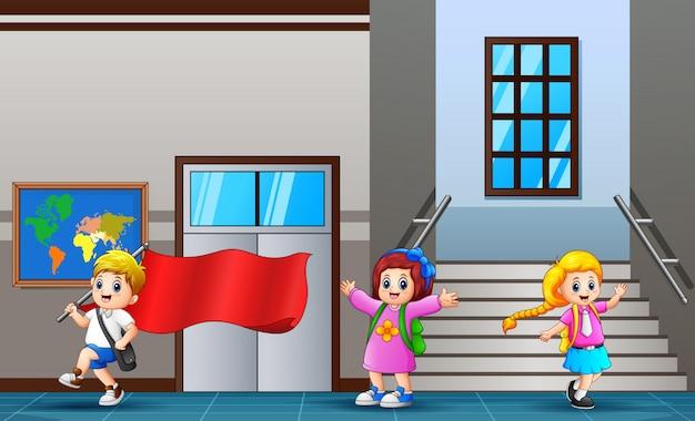 Studente felice che cammina al corridoio della scuola Vettore Premium