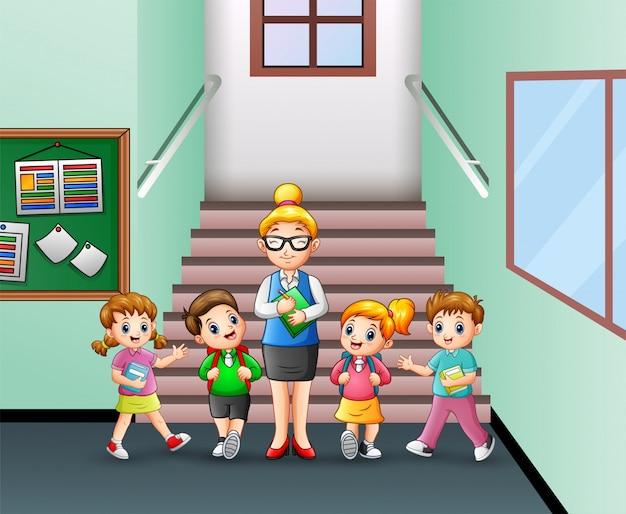 Studente in piedi con l'insegnante nella scuola Vettore Premium