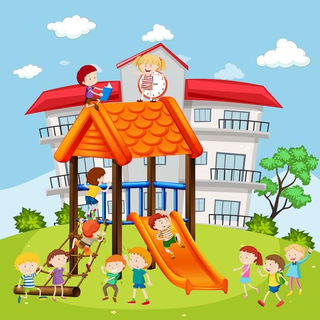 Studenti che giocano nel parco giochi a scuola Vettore gratuito