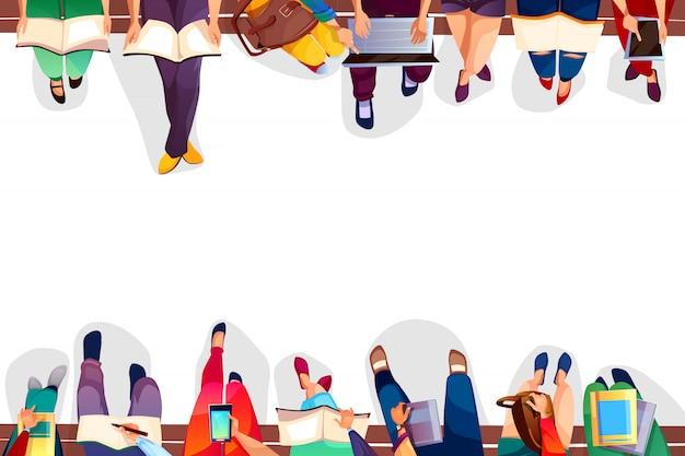 Studenti universitari che si siedono sull'illustrazione del banco delle ragazze e dei ragazzi dell'università con le borse, computer portatile Vettore gratuito