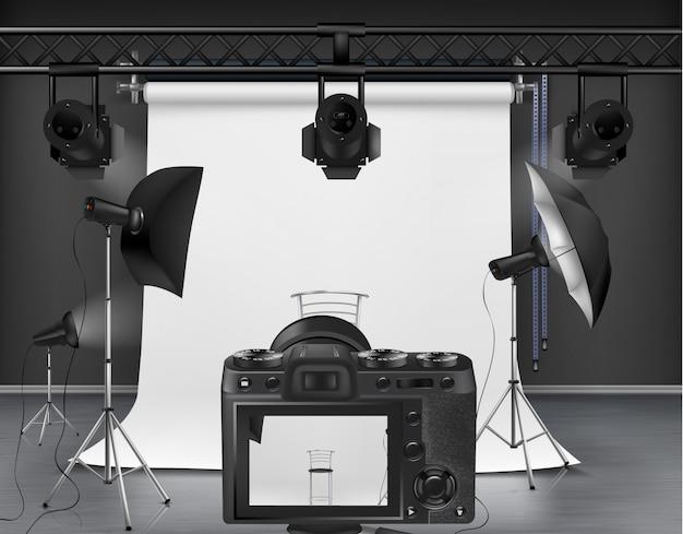 Studio fotografico con schermo bianco avvolgibile, fotocamera digitale, faretti e softbox Vettore gratuito