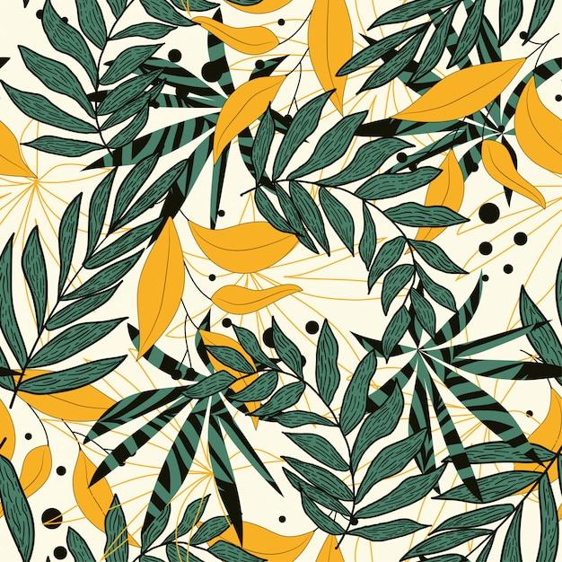 Tendenza del modello senza cuciture astratto con le foglie e le piante tropicali variopinte su fondo beige Vettore Premium