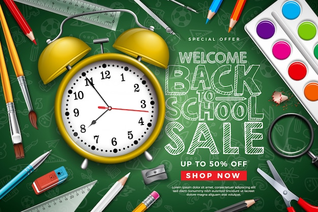 Torna a scuola vendita design con sveglia e tipografia lettera su sfondo di lavagna Vettore Premium