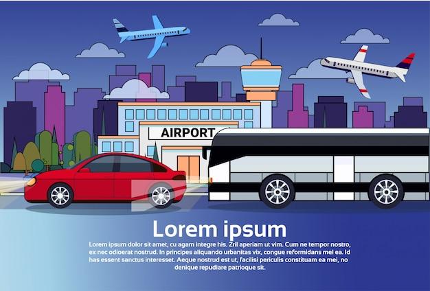 Traffico stradale di notte con il bus e l'automobile sopra gli edifici della città e gli aeroplani in cielo scuro Vettore Premium