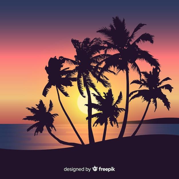 Tramonto sulla spiaggia con sagome di palme Vettore gratuito